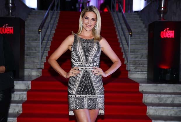 f9e21ce83d4d8 Ana Hickmann escolheu um vestido curtinho de paetês para celebrar os 15  anos de QUEM. Acompanhada do marido, o empresário Alexandre Correa, a  apresentadora ...
