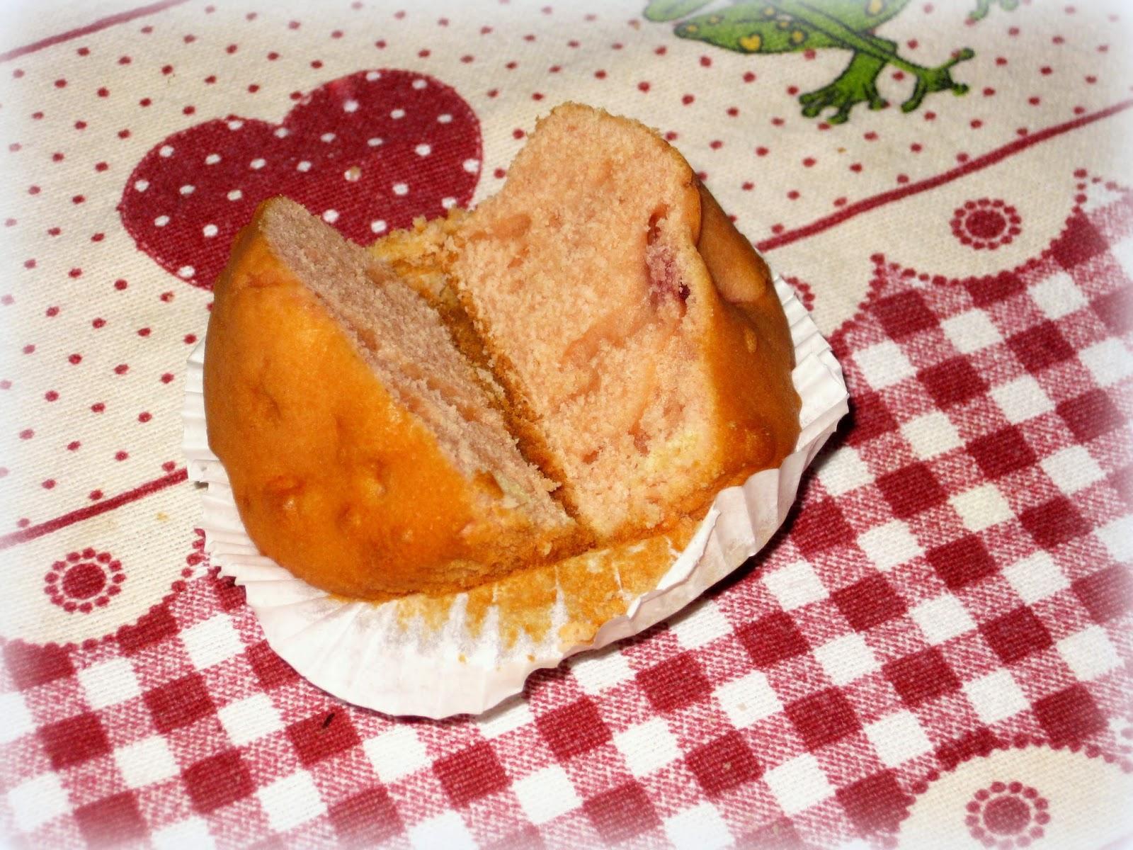 La ricetta dei Muffins arricchita con pezzi di Fragole è davvero una variante super golosa dei tipici dolcetti americani.
