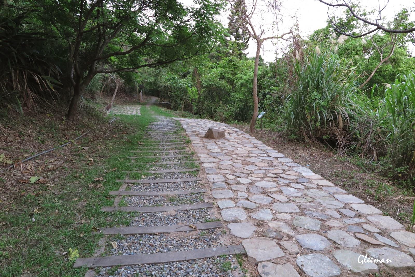 碎石步道兩邊各拓寬出一塊小空地