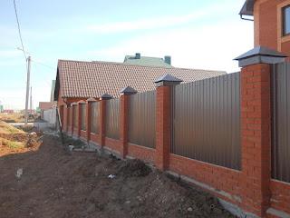 Забор из профлиста с кирпичными столбами. Фото 9