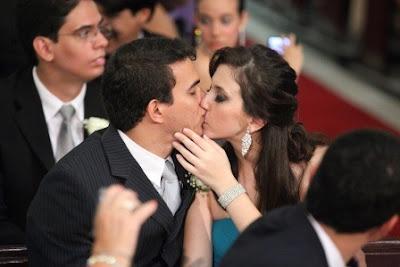 foto do beijo no casamento