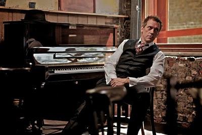 Hugh Laurie s–a apucat de cantat