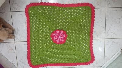b749cf14f Tapete verde confeccionado em barbante Barroco( o melho) com flor central e  acabamento em cones.