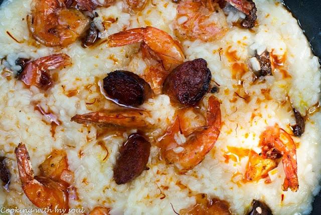 Paella cu creveti si chorizo