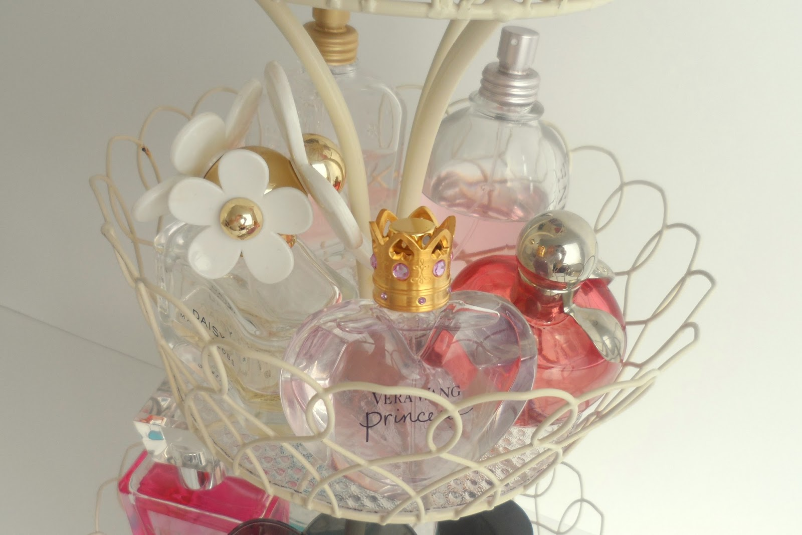 Diy+perfume+storage+rack+stand+cake+fruit+wire+favourite+perfumes+collection+marc+jacobs+daisy+dot+lola+eau+so+fresh+vera+wang+princess+victoria+secret+angel+jadore+nina+ricci+blog+blogger+%25285%2529
