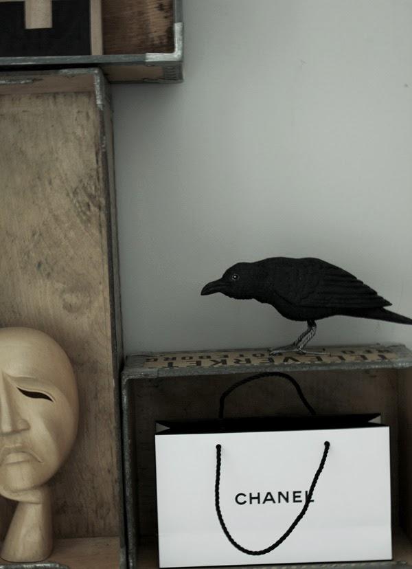 Korp, chanel, papperspåse chanel, svart och vit väska, svart och vit papperspåse från chanel, trälådor, handsnidad fågel, svart korp, svart fågel, bengts fåglar, varberg