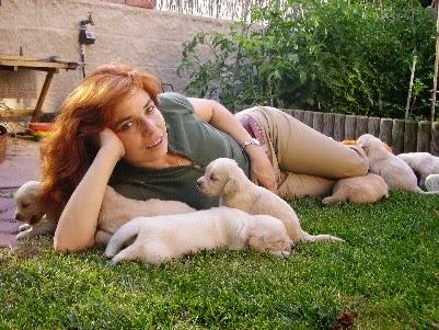 Con cachorros en el jardín