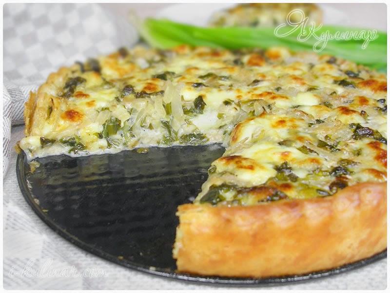 Открытый пирог из слоеного теста с брынзой, черемшой и шпинатом