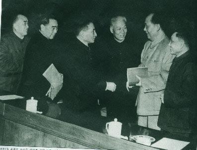 """""""Mao Zedong, el VIII Congreso y las dos líneas en el Comité Central del PCCh"""" - texto de Jiang Yucmoi - publicado por Crítica marxista-Leninista en septiembre de 2012 - contiene varios links a textos de interés - Muy Interesante Zhu+De,+Zhou+Enlai,+NN,+Liu+Shaoqi,+Mao+y+Deng+Xiaping+-+1962"""
