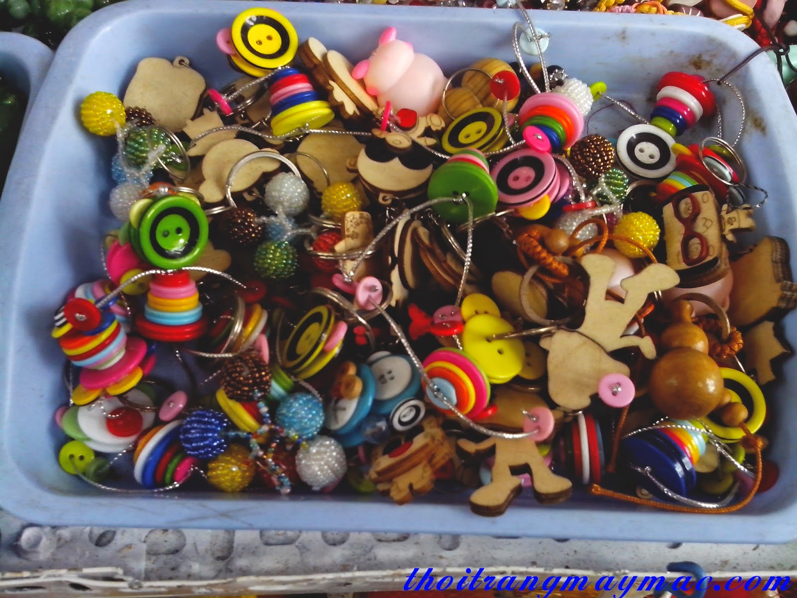 nguyen-phu-lieu-may-mac-lam-moc-khoa-handmade-bang-nut-kieu-thoi-trang