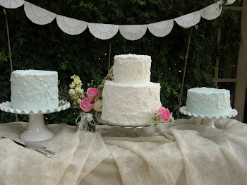 round buttercream cakes on staggered stands