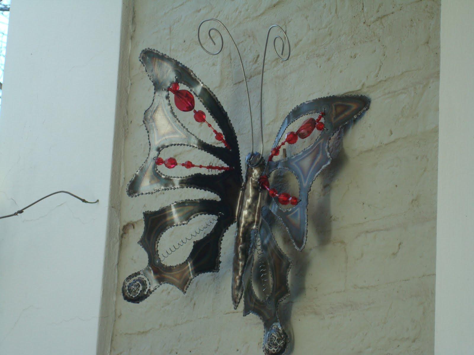 Jardin de lata mariposas y libelulas se posaron en for Jardines en lata