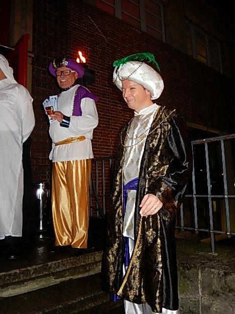 http://www.express.de/karneval-in-duesseldorf/traumhafter-ball-der-kg-regenbogen--1001-nacht---die-ueppigsten-kostueme-der-stadt,5064818,29062114.html