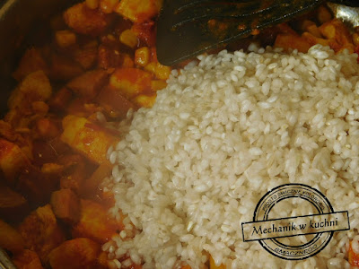 Hiszpańska paella z kurczakiem składniki na do paelli hiszpańskiej