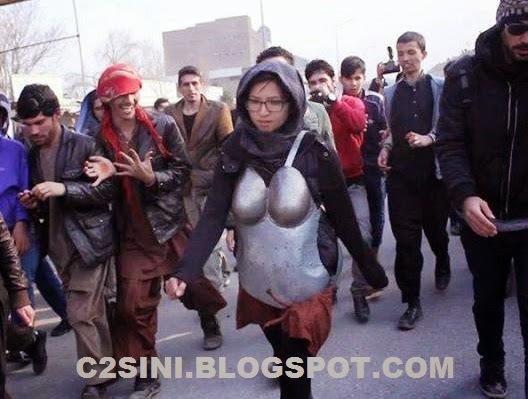 Artis wanita pakai coli dan cawat besi protes gangguan s3ks
