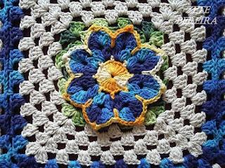 Tapete de crochê, Tapete de crochê com aplique de flores, Tapete em crochê com flor Rasteirinha, Tapete retangular em crochê,