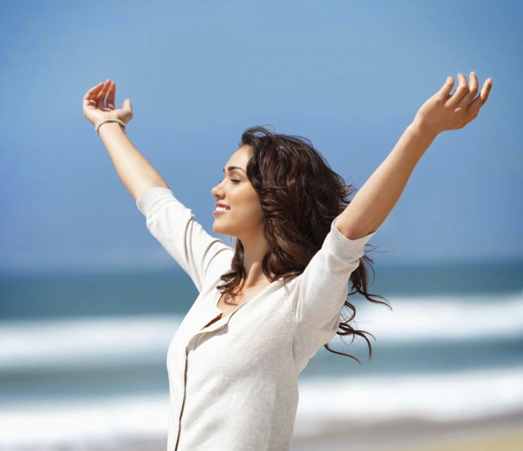 Mulher feli com mãos para o alto