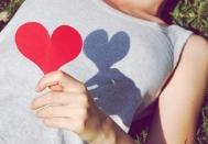 Un coeur rouge avec une femme
