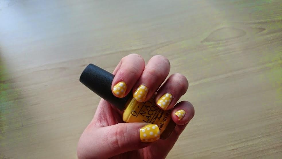 Summer nail art polkadot