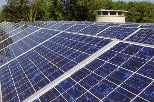 Panel solar fotovoltaico en tejado de una casa