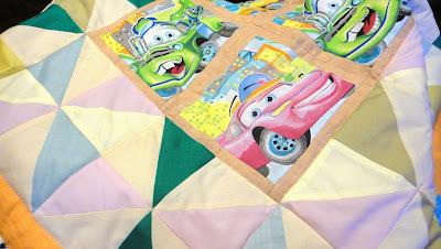 Текстиль для детской комнаты, покрывало для мальчика: пастельные тона и принт Тачки