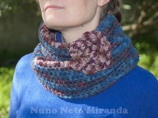 """alt=""""crochet cowl free pattern, flower brooch, two colored, gola em crochet instruções passo a passo, bicolor, pregadeira com flor"""""""