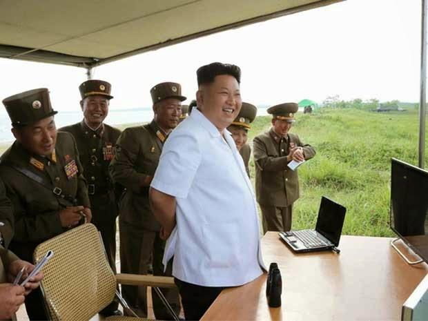 O jovem líder Coreano faz teste de novo míssil teleguiado com sucesso