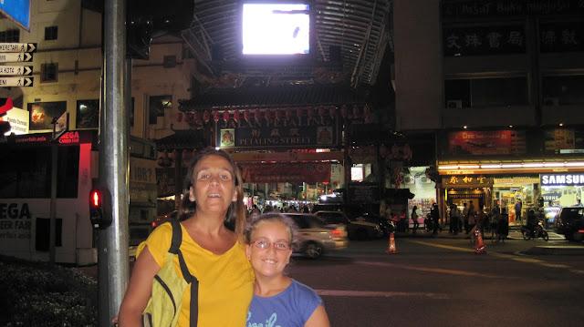 El mundo con ella frente a Petaling Street