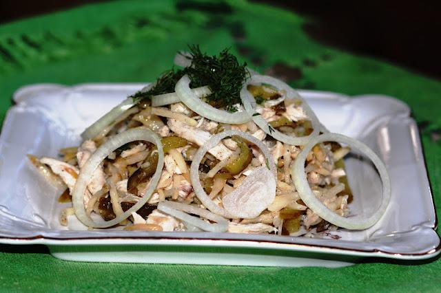 Салат из курицы, сельдерея и соленых огурцов