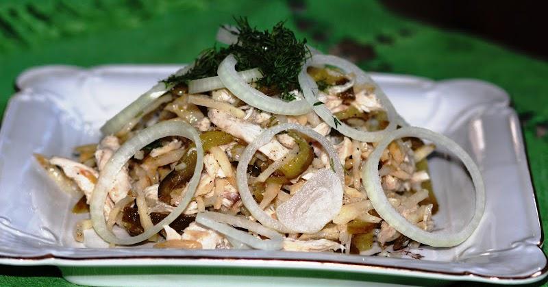 Салат соленые огурцы курица и лук