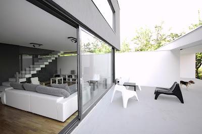 ruang tamu dan ruang keluarga rumah minimalis hitam putih