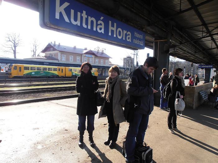 Marie-Claude et Michèle attendent le train du retour