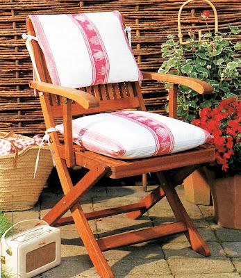 Bantal kursi taman dengan menggunakan bahan serbet sederhana