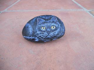 piedras pintadas a mano con gato negro