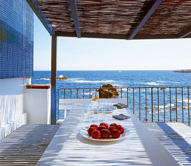 Vacation home on mediterranean sea in spain interiors for Beach house designs interior