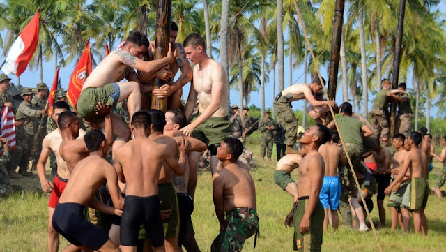 Prajurit Marinir TNI AL Tantang US Marine Panjat Pinang dan Balap Karung
