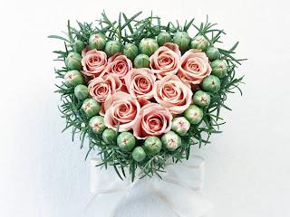 corazon con capullos de rosas rosa
