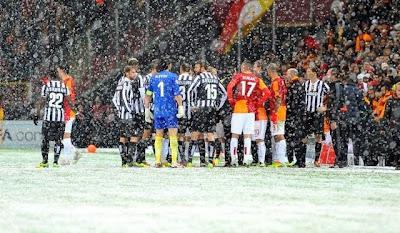 Juventus maçı tatil edildi.