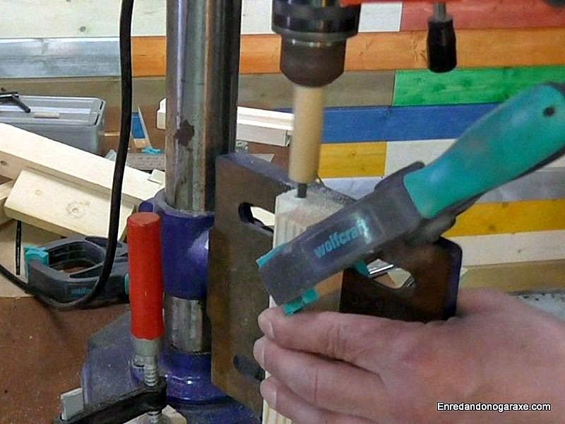 Taladrar agujeros en la cabeza de los listones con el taladro de columna. www.enredandonogaraxe.com
