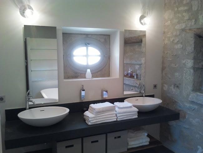salle de bain contemporaine avec platre lisse arêtes tirées au plâtre