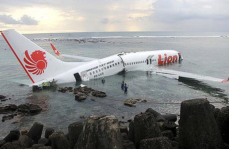 Bangkai pesawat lion air 737-800 di bali