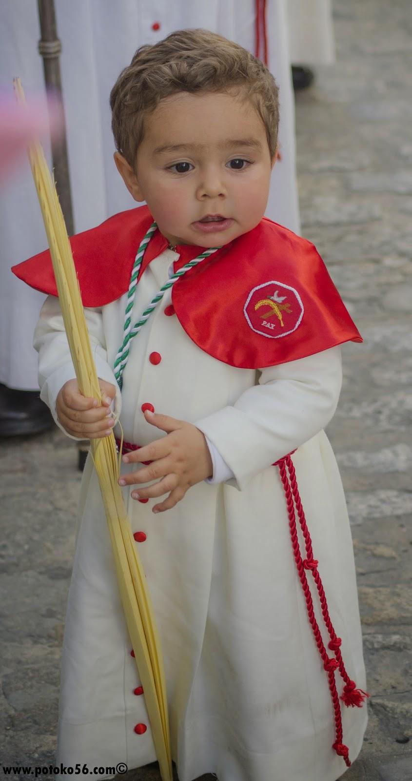 Un pequeño vestido de Nazareno en el Domingo de Ramos en Rota