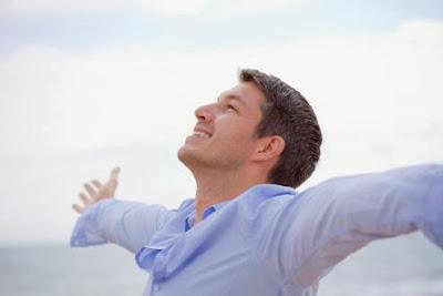 دراسة بريطانية : الرجال أكثر سعادة في حياتهم مقارنة بالنساء  - رجل سعيد بحياته - happy man guy