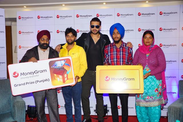Actor Karan Kundra with winners Avtar Singh, Prabjot Singh, Arun, Kamaljeet Kaur