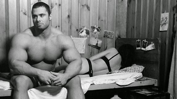 O enorme membro rasga uma pornografia pequena para espreitar