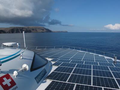 barco con paneles solares