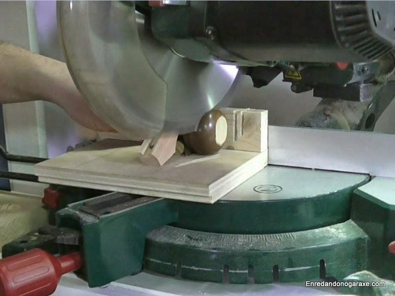 Cortar piezas pequeñas con la ingletadora. www.enredandonogaraxe.com