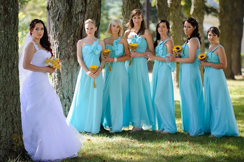 vienodos šviešiai žydros pamergių suknelės