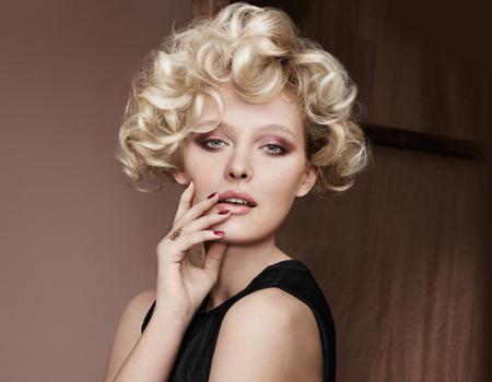платиненоруси къдрици - секси прическа за къса коса