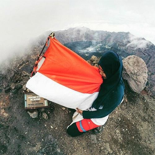 Pendaki Dan Bendera Indonesia - 10 Alasan Untuk Mendaki Gunung